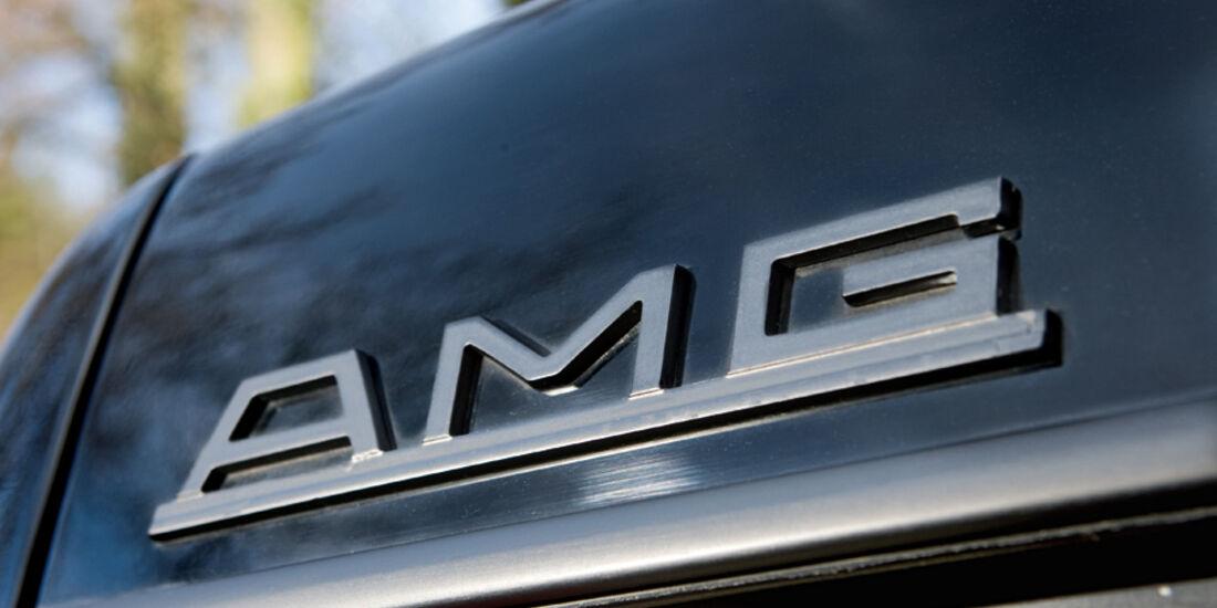 AMG-Schriftzug am Heckdeckel eines Mercedes-Benz 500 SEC-AMG, Baujahr 1982