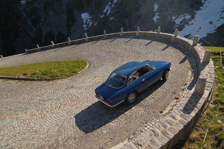 Alfa Romeo GT 1300 Junior auf Serpentinenstraße