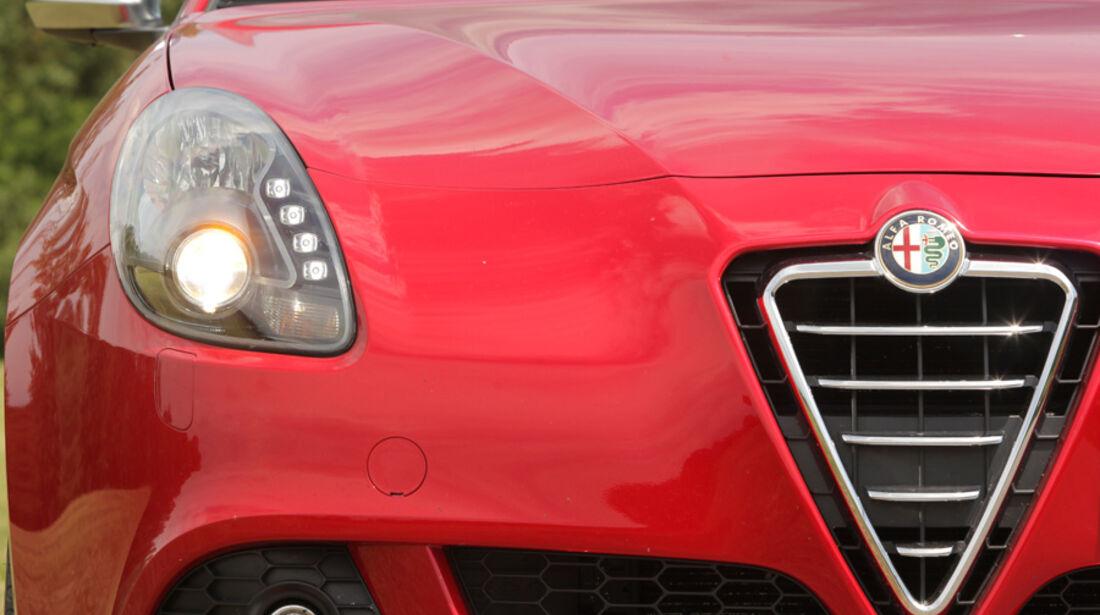 Alfa Romeo Giulietta 1.4 TB 16V, Frontscheinwerfer, Detail, Kühlergrill
