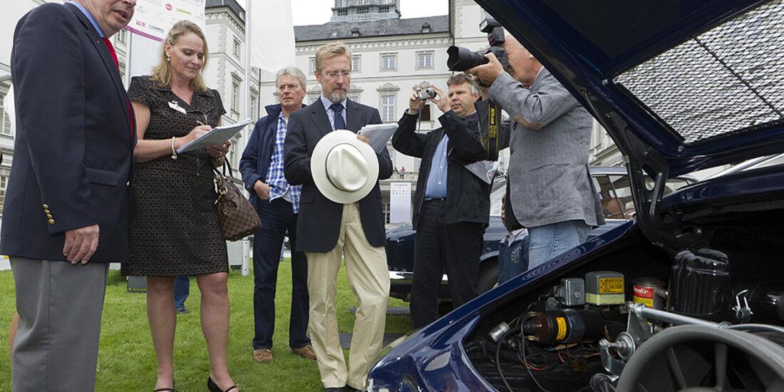 Alois Ruf und Chris Bangle begutachten den Porsche-Motorraum