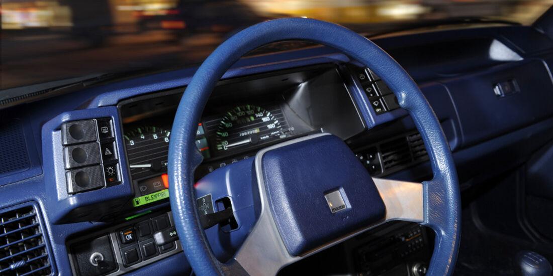 Armaturenbrett, Lenkrad und Instrumente des Mazda 626 Coupé 2.0 GLX