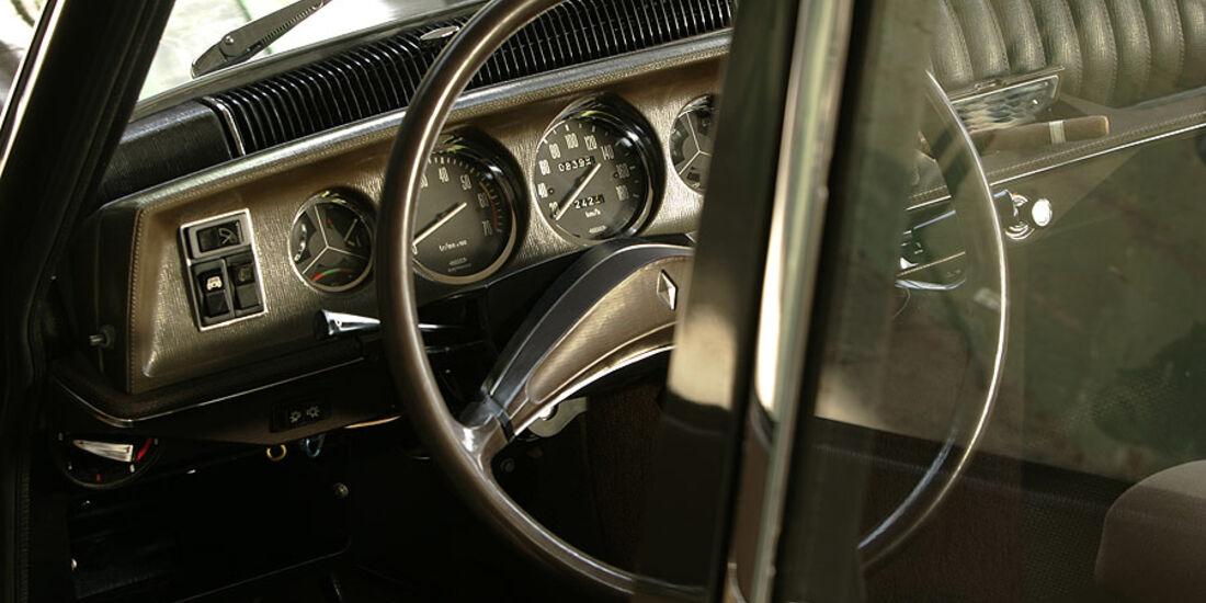 Armaturenbrett und Lenkrad im Renault 16