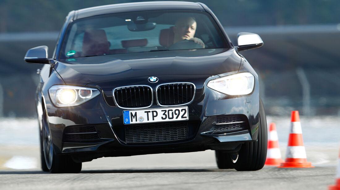 BMW M135i xDrive, Frontansicht, Slalom