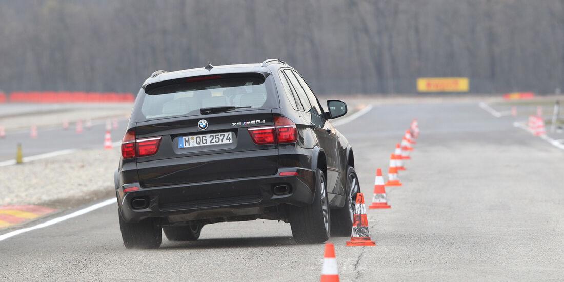 BMW X5 M50d, Heckansicht, Slalom