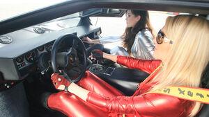 Blondine im roten Catsuit im Lamborghini Countach Turbo S