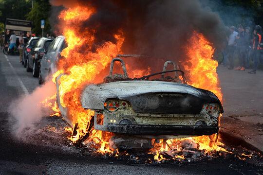 Brennendes Auto während G20 Hamburg