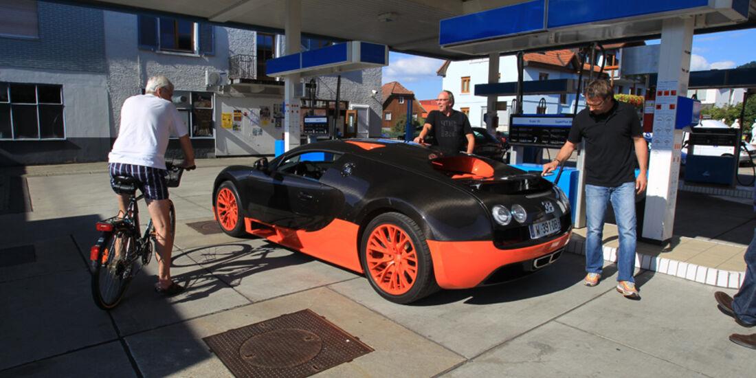 Bugatti Veyron 16.4 Super Sport, Seitenansicht, Tankstelle