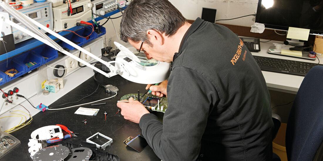 Display-Reparatur, Feinarbeit, Lupe