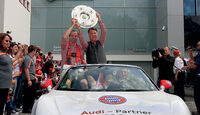 FC Bayern München Autokorso Audi R8 Spyder