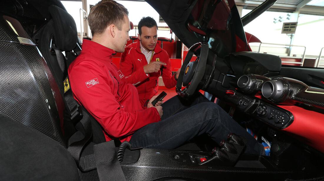 Ferrari LaFerrari, Cockpit, Einweisung