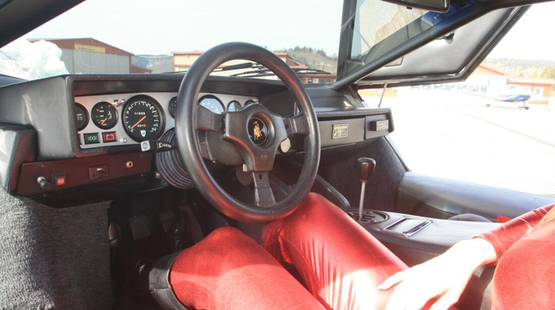 Frau im roten Catsuit im Lamborghini Countach LP 400