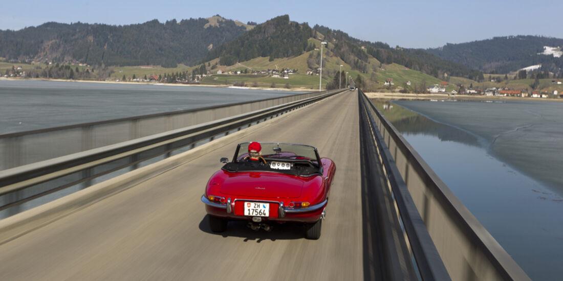 Jaguar E-Type Serie 1, Rückansicht, Brücke, Fahrt