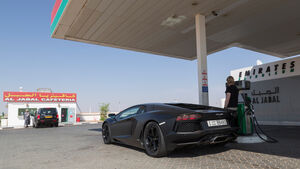 Lamborghini Aventador LP 700-4, Heckansicht, Tankstelle