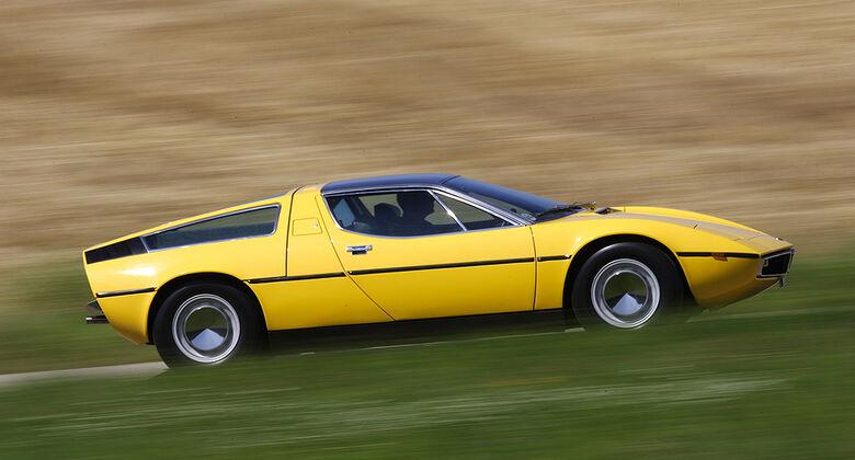 Maserati Bora 4.7 in Fahrt - Seitenansicht