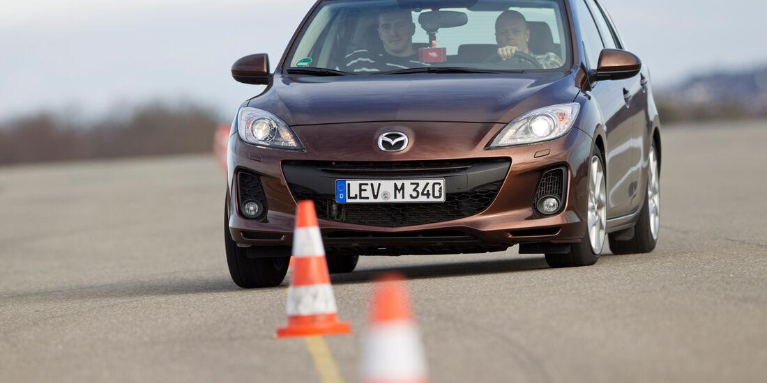 Mazda 3 2.2 MRZ-CD, Frontansicht, Slalom