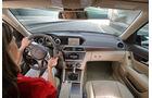 Mercedes 250 CDI, Cockpit, Lenkrad, Fahrerin