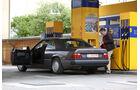 Mercedes-Benz 230 CE, C124, Seitenansicht, Tankstelle