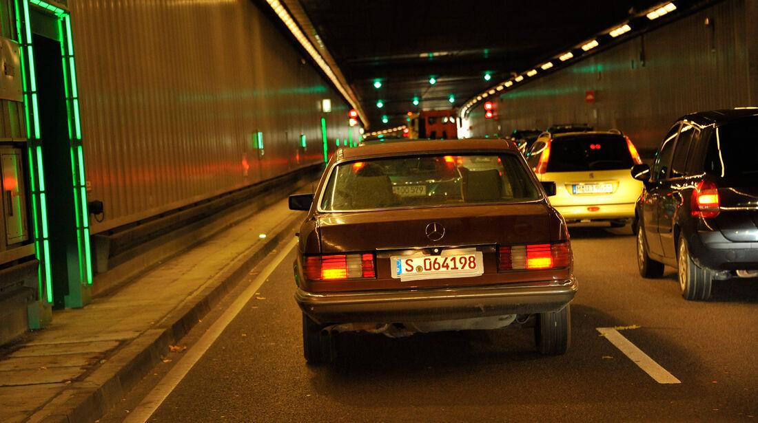 Mercedes-Benz 280 SE, Tunnel, Heckansicht