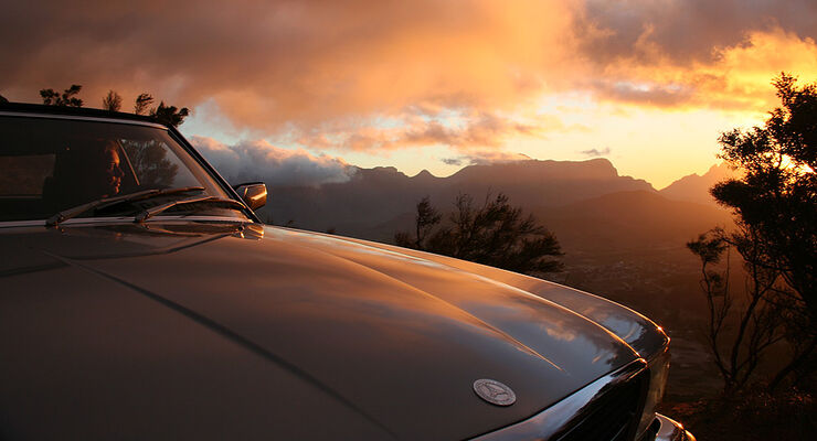 Mercedes R107 vor Sonnenuntergang