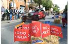 Mille Miglia 2010 - Ein Oldtimer fährt durch eine italienische Nebenstraße