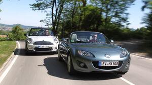 Mini Cooper Cabrio, Mazda MX-5 1.8, beide Fahrzeugen, Frontansicht, Landstraße