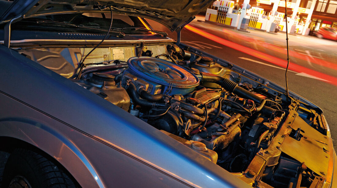 Motorraum des Mazda 626 Coupé 2.0 GLX, Baujahr 1983