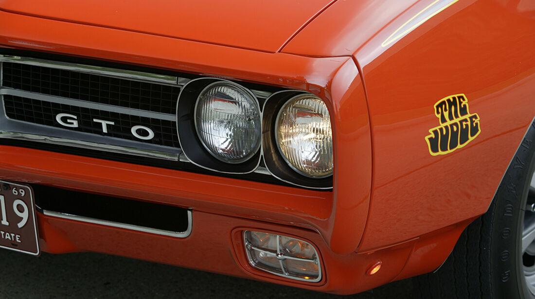 Orangener Pontiac GTO - Frontansicht mit Scheinwerfern