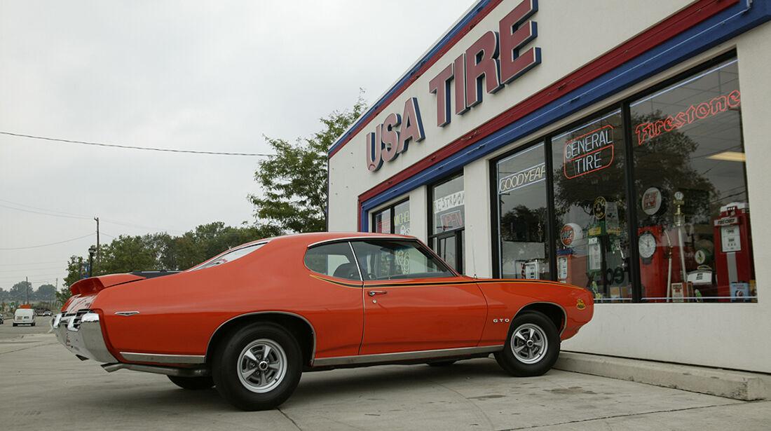 Orangener Pontiac GTO - Seitenansicht von hinten
