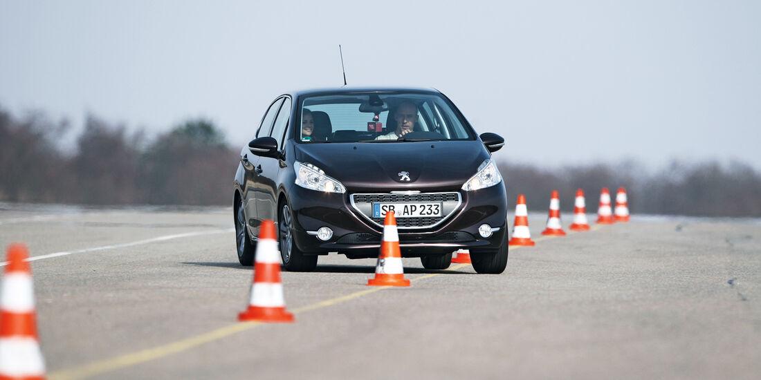 Peugeot 208 e-Hdi 115, Frontansicht, Slalom