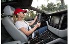 Porsche Macan Cockpit mit Fahrer