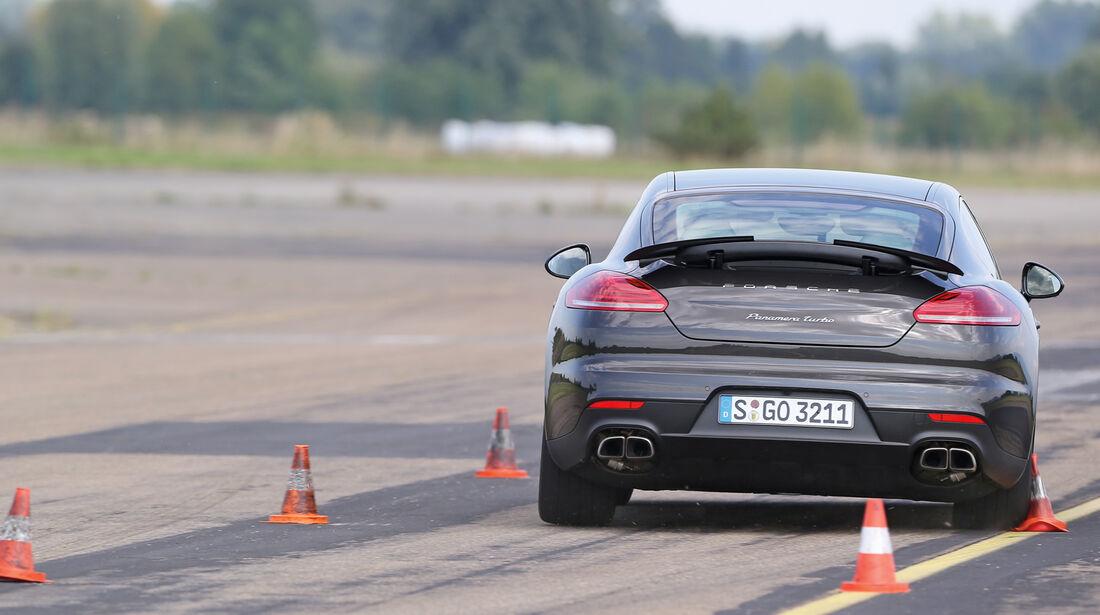 Porsche Panamera, Heckansicht, Slalom