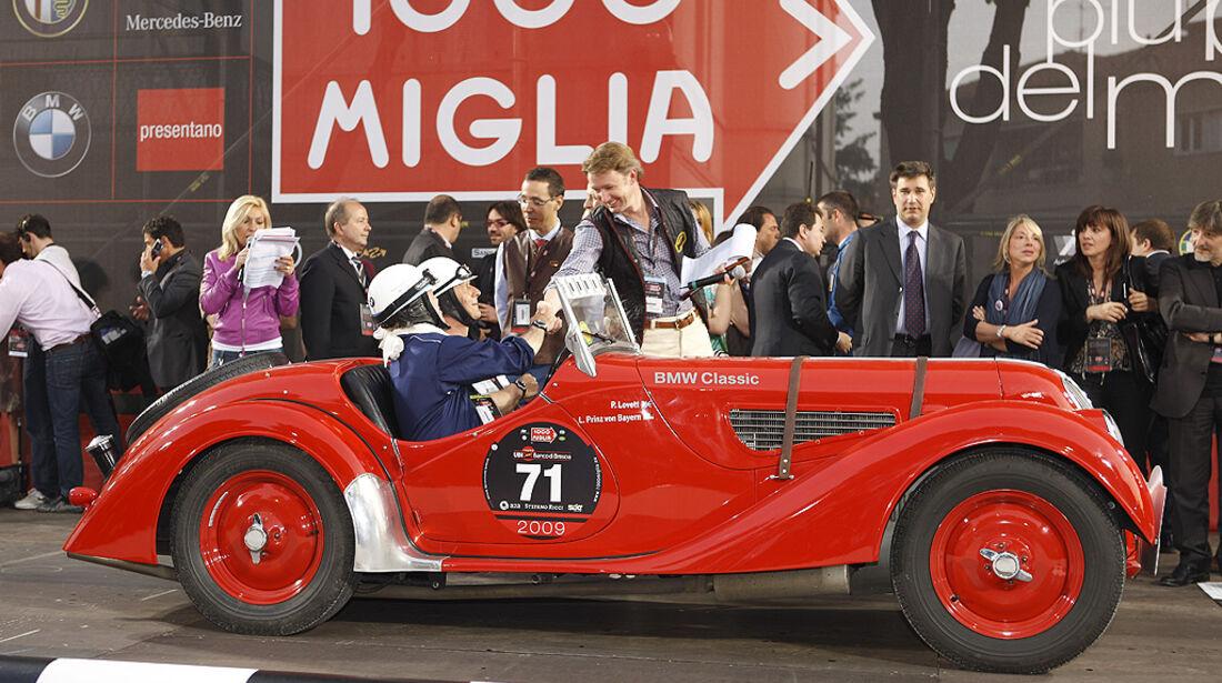 Prinz Leopold von Bayern, ein gern gesehener Stammfahrer bei der Mille Miglia, im BMW 328.