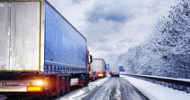 Schnee Winter Straße Autobahn Lkw