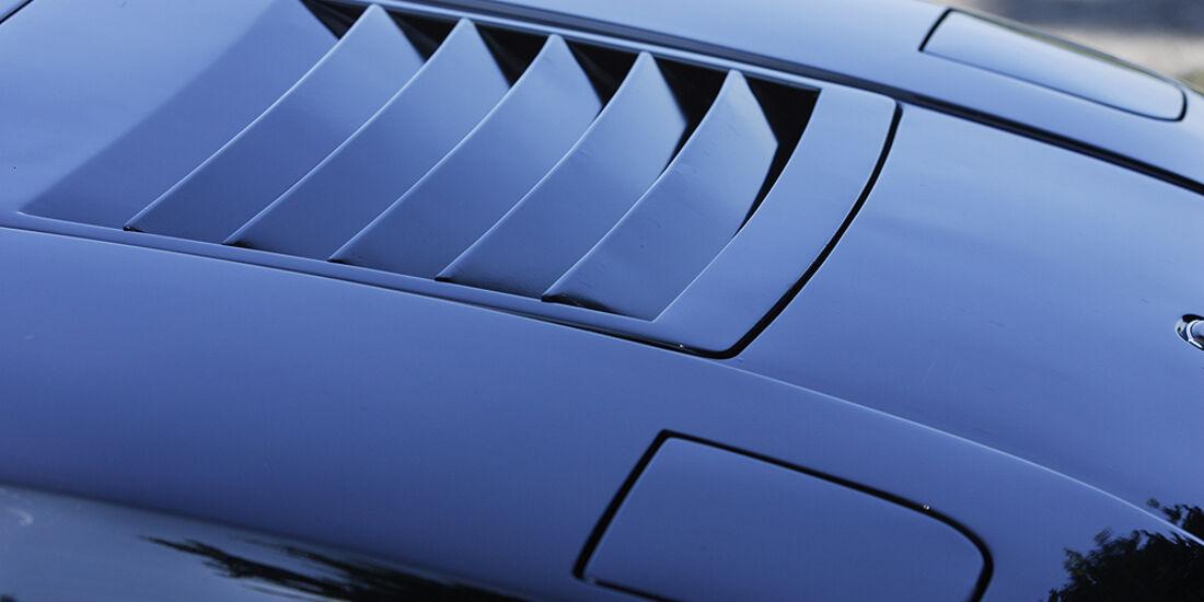 Sechs Vertiefungen in der Fronthaube des Lamborghini Urraco P 300