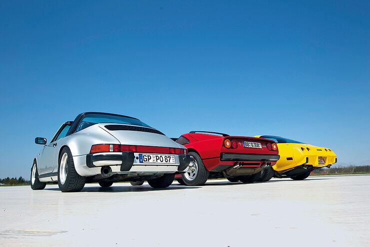 Silberner Porsche 911 Carrera Targa, gelber Chevrolet Corvette C3 und roter Ferrari 308 GTSi - Heckansichten