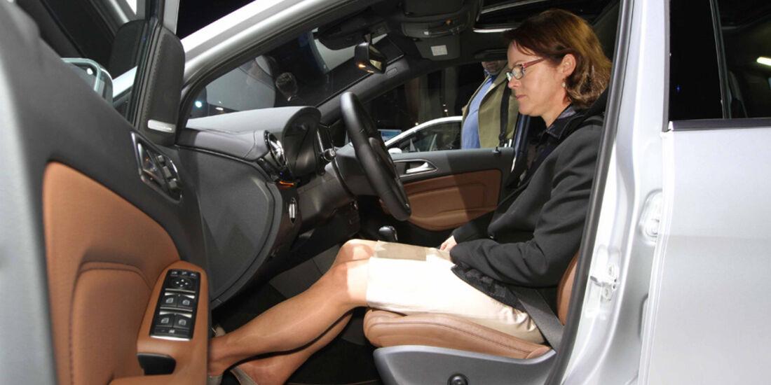 Sitzprobe auf der IAA 2011 in Frankfurt - Birgit Priemer in der Mercedes B-Klasse