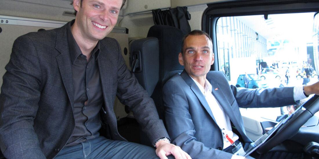 Sitzprobe auf der IAA 2011 in Frankfurt - Jörn Thomas im Mercedes Actros
