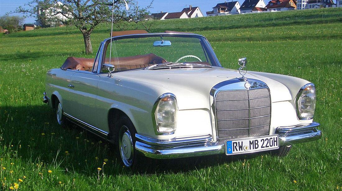 Startnummer 102: Martin und Gerlinde Burri im Mercedes-Benz 220 Seb, 2,2 Liter, 6-Zyl. Reihe, 120 PS, Baujahr 1962.