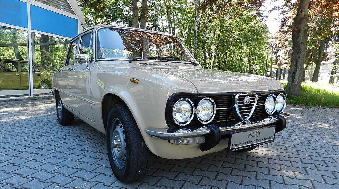 Startnummer 88: Alexander Raabe und Esther Dreschner im Alfa Romeo Giulia 1300 Nuova, 1,3 Liter, 4-Zyl.Reihe, 89 PS, Baujahr 1975.