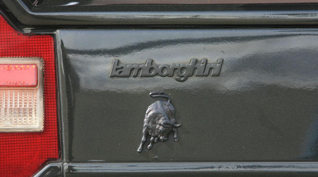 Stier-Emblem und Lamborghi-Schriftzug am Lamborghini Countach