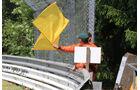 Streckenposten mit Flagge