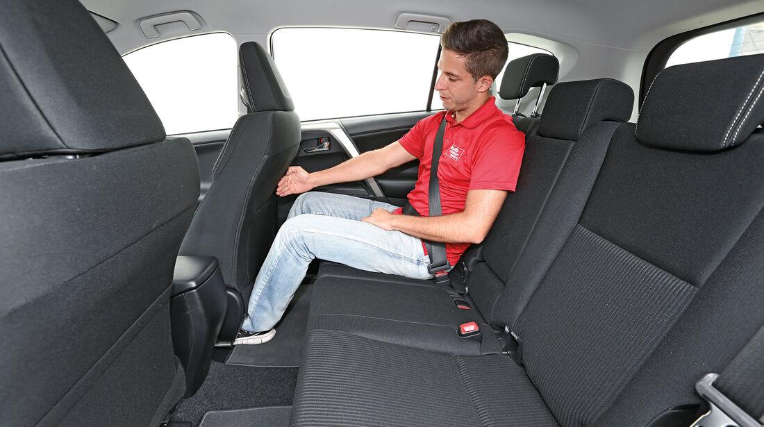 Toyota RAV 2.2 D-4D Life, Rücksitz, Beinfreiheit