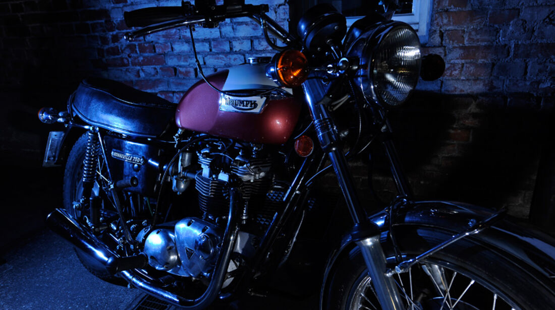 Triumph Bonneville 750, Frontansicht, Nacht