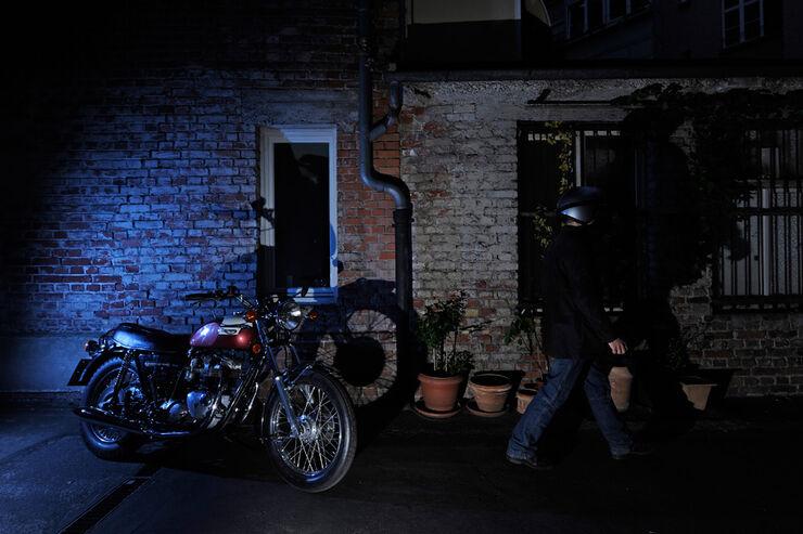 Triumph Bonneville 750, Seitenansicht, Nacht