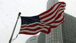 US-Flagge vor der GM-Zentrale in Detroit