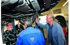 Unterbodeninspektion eines Volvo auf der Hebebühne
