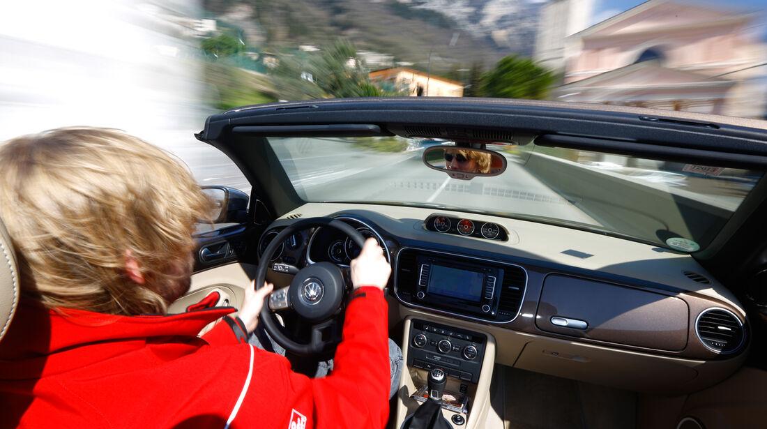 VW Beetle Cabrio 2.0 TDI, Cockpit, Fahrer, Lenkrad