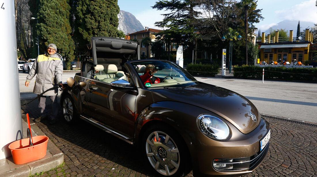 VW Beetle Cabrio 2.0 TDI, Frontansicht, Tankstelle