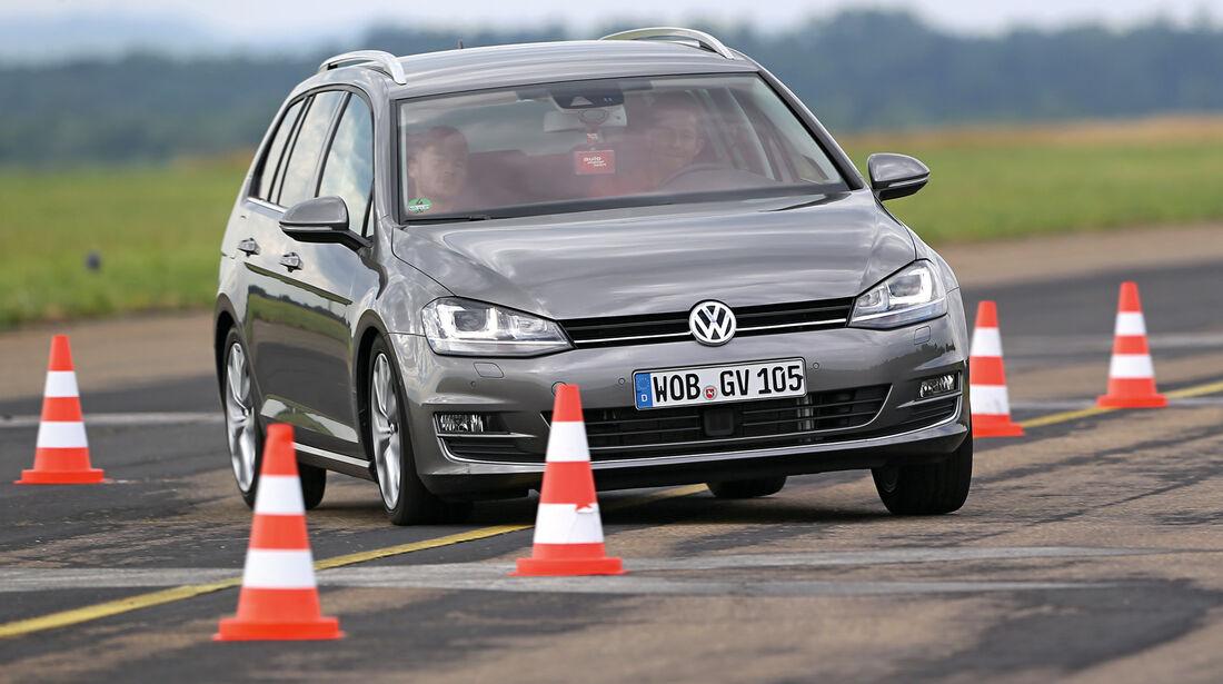 VW Golf Variant 2.0 TDI, Frontansicht, Slalom