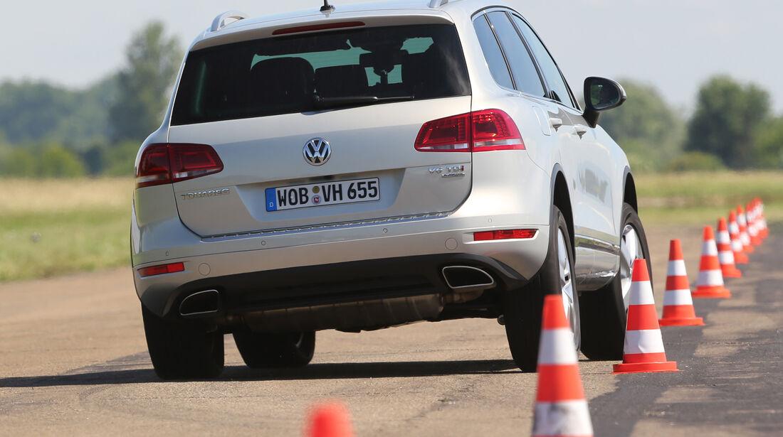 VW Touareg 3.0 TDI, Heckansicht, Slalom